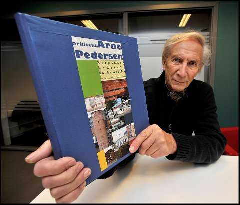 Ny arkitektbok: Sivilarkitekt Svein Jakobsen er klar med boken om arkitekt Arne Pedersen, som har hatt enorm betydning for arkitekturen i Sarpsborg.