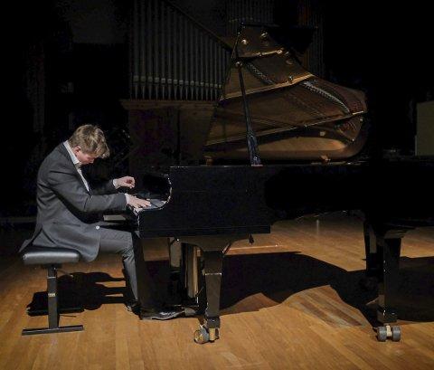 Pianist: Hermann Lieberg Christoffersen (19) fra Askim bruker mye tid ved pianoet.