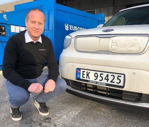 FORNØYD: Terje Bordi er fornøyd med de nye skiltrammene til bilen. Det hersker liten tvil om hva som er favorittlaget. Foto: Privat