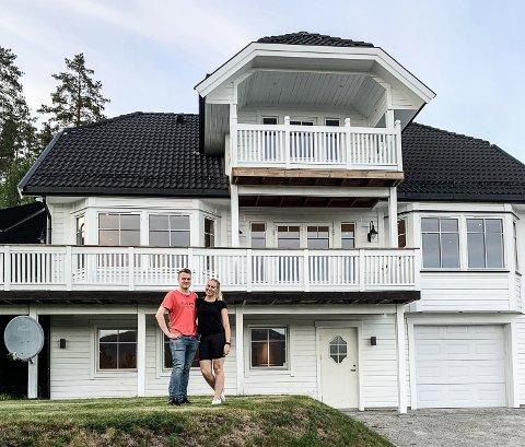 KJØPT: Jan Tore Sletta Lia og Lena Solberg har kjøpt Hjartdals trolig dyreste bolighus noensinne.