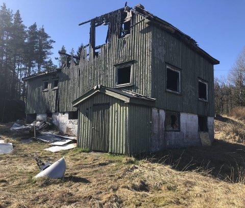 Åmli: Bolighuset, som ligger like ved fylkesveien, ble totalskadet i brann for flere år siden. Sånn som dette har det stått siden brannen.