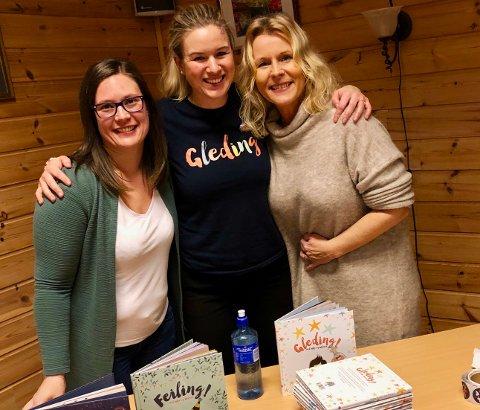 EN GLEDENS DAG:  Siri Abrahamsen, er Sigri Othelie Olsen (lærer Feda skole) til venstre, og Ragnhild Brekka Olsen til høyre, styrer Feda barnehage.