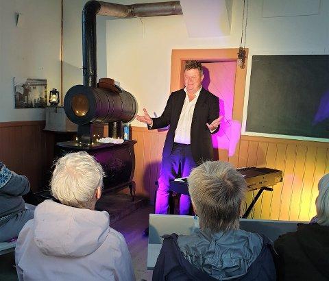 Det var ei klok avgjerd å flytta showet med Sjur Hjeltnes til rådhuset/fengselet, for saloonteltet i Prærielandsbyen kollapsa under showet.