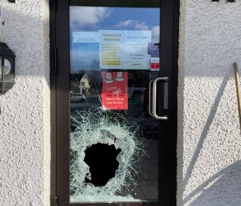 Onsdag morgen var inngangsdøra til Perlys på Rognan påført store skader.