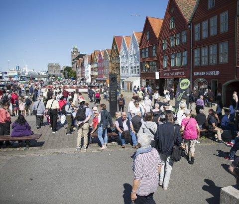 Cruiseturistene velter innover Bryggen, men legger som segment igjen minst penger i landene de besøker              av alle typer turister. Snart kan de måtte betale noe mer for å komme til Bergen.
