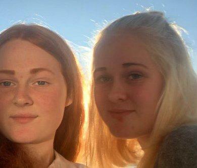 STATISTER: Søstrene Thea Emilie (t.v.) og Oda Sofie Høgli fra Noresund er statister i spillefilmen «Jentetur».