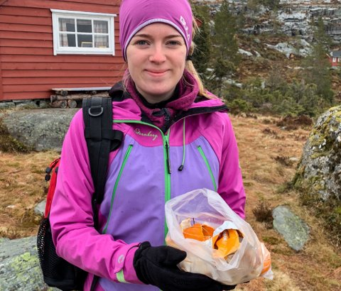 Mathilde Øren Halvorsen (16) plukka appelsinskal, sneipar og papir på Eikefjordstølane. – Det burde ikkje vere nødvendig, seier mor hennar, Kamilla Øren.