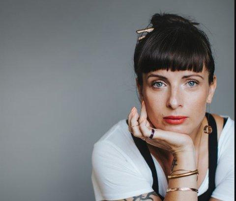 """Nina Wähä (41) er født og bosatt i Stockholm og i tillegg til å skrive bøker er forfatteren også skuespiller og vokalist i bandet Lacrosse. Wähä var nominert til Augustprisen 2019 med romanen """"Testamente"""". Romanen er hennes første bok på norsk."""