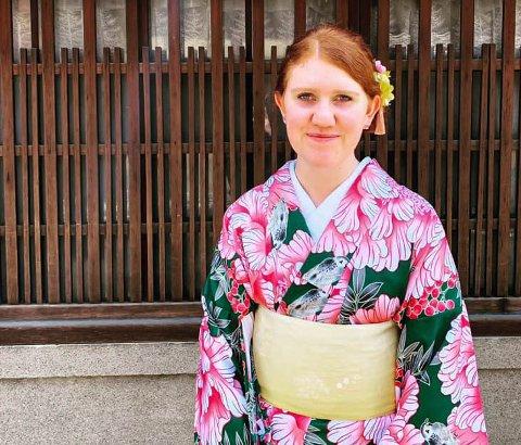 SPENNENDE KULTUR: Malin Victor Angell (21) får oppleve mye nytt og spennende. Dette bildet er fra da hun var på sushikurs og fikk ha på kimono samtidig.