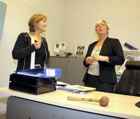 Ryddejobb: Heidi Hitland (t.v.) og Anne-Mette Øvrum må rydde ordførerkontoret. foto: lars fogelstrand
