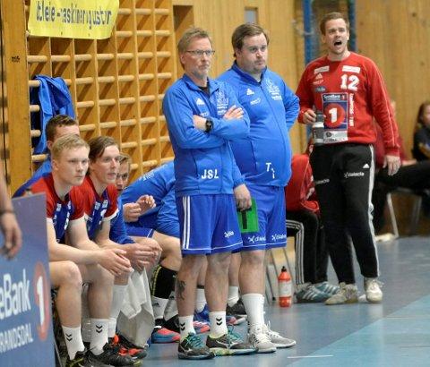 Ingen spsielt god stemning på LFH 09-benken. En skadet Jørgen Bakke maner til innsats mens Thomas Jonsdal og Jon Sigurd Leine ser betenkt ut.