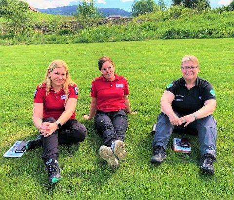 Damene i Røde Kors Hjelpekorps og Norsk Folkehjelp ønsker velkommen til kurs.