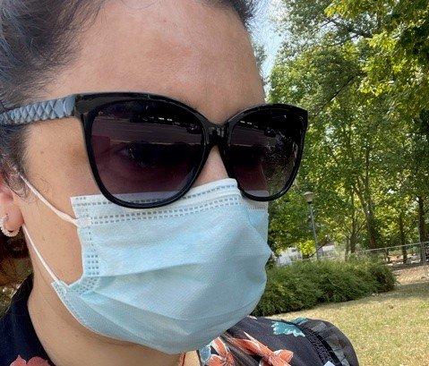 VAKSINERT: Saska Cvijanovic fra Mosjøen rakk så vidt å pakke ut av kofferten før hun fikk første dose av vaksinen.