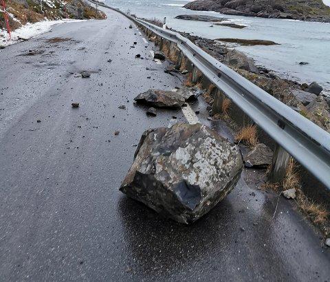 Ryddet: Slik så det ut i veibanen på Henningsværveien etter raset lørdag. Søndag er veien ryddet og åpnet for trafikk.