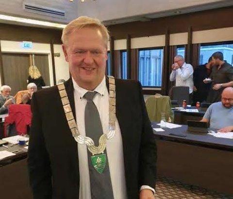 NYTT KJEDE: Ordfører Jan Kristensen med Lyngdals kommune nye ordførerkjede.