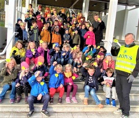 PÅ GODLIA: Finn Thorvaldsen, president i Bryn Lions, delte  nylig ut reflekser til glade elever på Godlia skole. Rektor Sverre Andenes var også fornøyd.