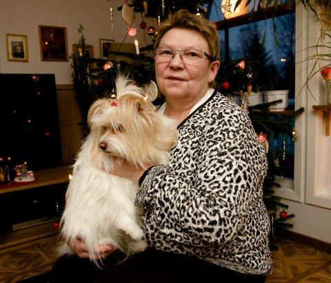 Eivor Larsen sammen med hunden Sara. I likhet med hundeeiere over hele landet frykter Larsen at nyttårsaften blir et mareritt for de firbeinte. Foto: Ola Solvang