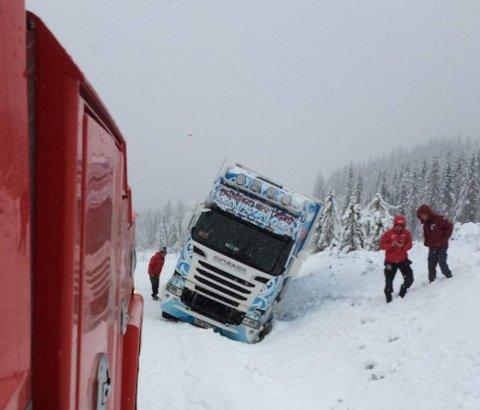 I GRØFTA: Denne lastebilen fikk problemer mandag.
