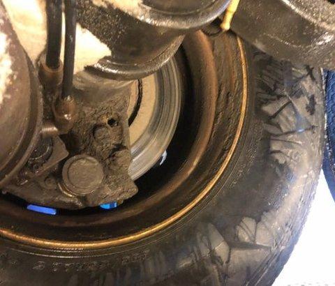 MANGLET BREMSER: Semitraileren som ble stoppet i Valdres tirsdag manglet bremseklosser på ett av hjulene på hengeren.