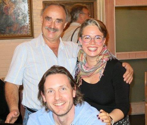 To dirigenter og en akkompagnatør som er meget fornøyd etter en fellesøvelse med de to korene. Jens Peter Mikkelsen, Eva Therese Johansen og Joakim Biondi.