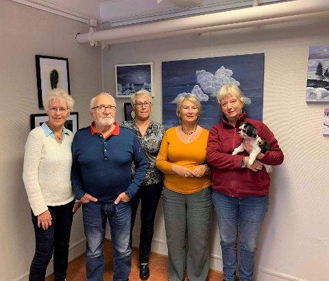 SKUFFET GJENG: Denne gruppen sliter med å finne et nytt lokale hvor de kan gjøre det de brenner for. På bildet: Erny Turid Nakim, Gry Nikolaisen, Odd Eriksen, Tone Elisabeth Jakobsen og Torild Grønberg med hunden Pelle.