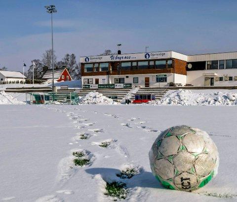 STENGT: Det er ikke lov å oppholde seg på Rakkestad stadion. Det skriver Rakkestad kommune på sine hjemmesider.