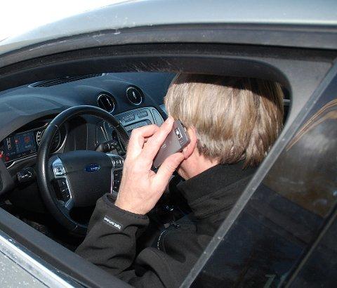 STRENGERE: Forsikringsselskapet Gjensidige ønsker strengere reaksjoner ved mobilbruk bak rattet. De har i noen tilfeller avkortet erstatningen med mer enn 100.000 kroner på grunn av dette.