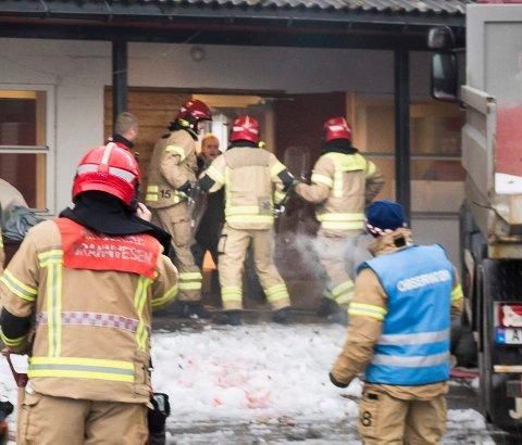 Brannmenn brukte skjold under en øvelse i Åsbygda.