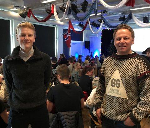 TAKKNEMLIGE: Elev Henrik Bartnes og rektor Morten Eikenes er glade for at elevene kan ha en tilnærmet normal hverdag inne på skolen.