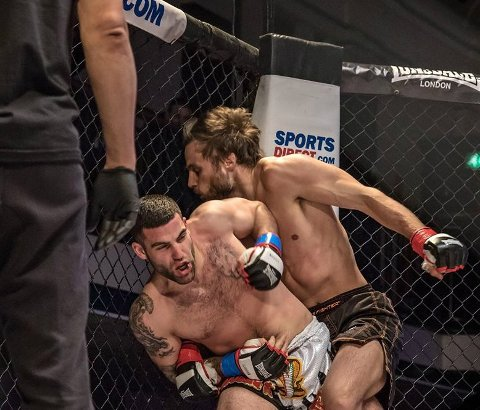TAPTE: Kim Thinghaugen (t.h.), her i aksjon i en tidligere kamp, tapte kampen mot svenske Simon Sköld lørdag kveld.