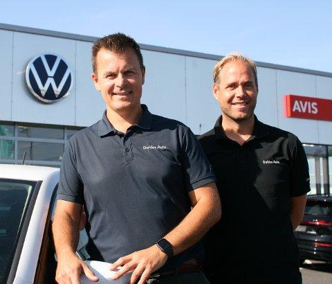 SUNT UTVALG: Daglig leder Magnus Ingebrigtsen (43) og bruktbilsjef Gjermund Helgesen (36) ved Dahles Auto Sarpsborg har nå det de kaller et godt utvalg av nyere bruktbiler på lager.