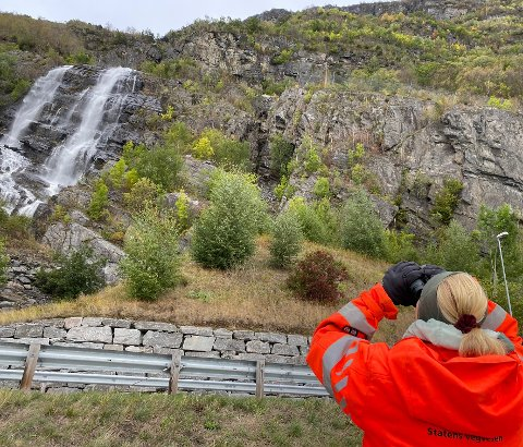 UNDERSØKJER FJELLSIDA: Geolog Marianne Kjøllesdal Sundal i Statens vegvesen er på staden laurdag.