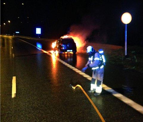 Alle var ut av bilen og det var ikke spredningsfare da brannmannskapene kom fram og startet å slukke brannen.