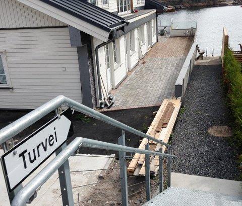 NØTTERØYS MINSTE BADEPLASS: Her lempet Tulle Kamfjord et par bøtter grus i sjøen. Neste onsdag skal politikerne se på det ulovlige tiltaket.