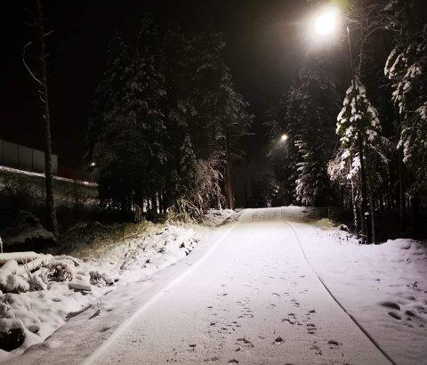 Innbydende: Det er flott skøytetrasé som er på plass i ei ca. 2 km sløyfe ut fra Valdres Storhall på Leira, men bruk ski og ikke gå, for ellers blir det djupe spor.