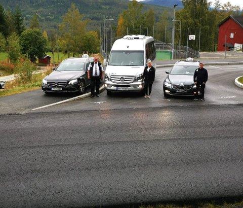 ENDELIG: Taxisjåførene Ole Andreas Gunderhuset, Tove Fossholt Grøvslien og Arvid Fossholm gleder seg over nytt asfaltdekke. Det gjør arbeidshverdagen litt mer skånsom.