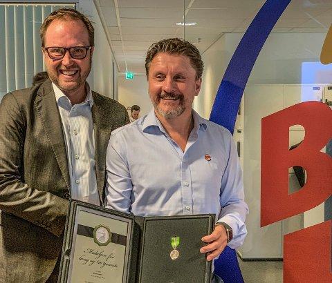 MEDALJE: Rune Sandvik (t.h.), administrerende direktør i Burger King, fikk overrakt Norges Vels medalje for lang og tro tjeneste av Espen Hoff, konsernsjef i Umoe Restaurants AS.