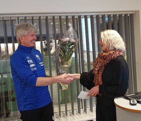 BLOMSTER: Fungerende ordfører Gro Helleland fra Lund kommune delte ut blomster til Moi ILs leder Vidar Holum.