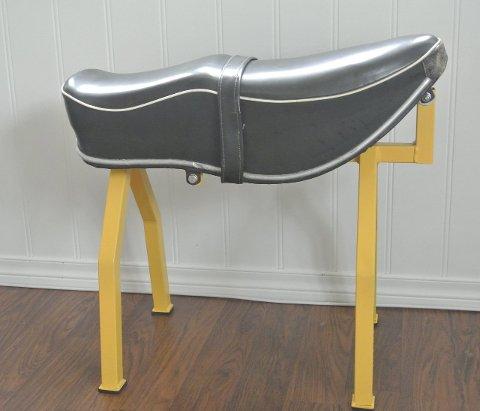 1 Eit motorsykkelsete: har blitt gjort om til ein kul krakk!  2 NY PEIS: Peis i stova i form av eit gamalt bosspann. 3 OPPBEVARING: Stable koffertar oppå kvarandre og bruk dei til oppbevaring. 4 SYMASKINBORD: Eit lite bord laga av gjenbruksmateriell og eit gamalt symaskinbord. 5 HØVELBENK: Alternativt skrivebord, ein høvelbenk. 6 GAMLE BARNEBØKER: Heimelaga notisbøker laga av gamle barnebøker.