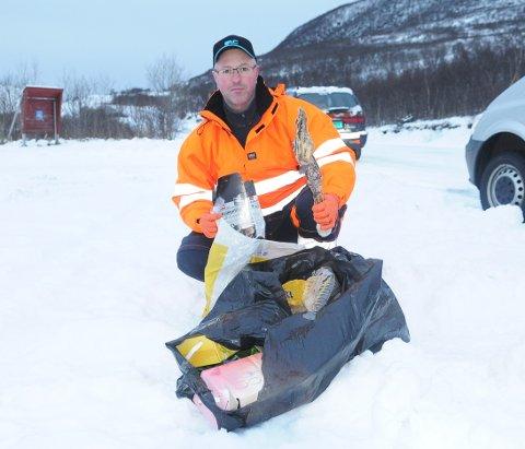 Terje S. Nikolaisen fra driftsavdelingen i Øksnes kommune er ikke særlig blid over å finne masse søppel slengt fra seg ved veien mot Nyksund. (Foto: Trond K. Joahnsen)