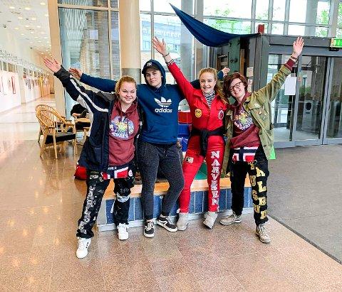 PÅ BAMSEBESØK: Hannah Christine Kristensen Carlsen, Marte Trondsen, Tara-Michelle Tufto Narvesen og Viktoria Marie Trulsrud ga bort kosedyr på Rikshospitalet.