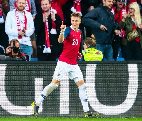 Martin Ødegaard, som her feirer scoring mot Romania i juni, skal spille for Real Sociedad kommende sesong.