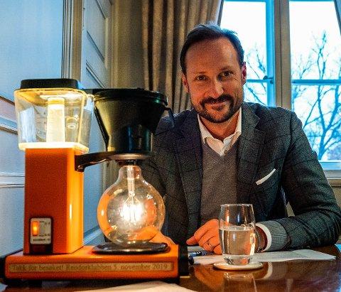 GÅVE: Kronprins Haakon fekk ei mocca-lampe i gåve etter besøket hos Reodorklubben i Førde.