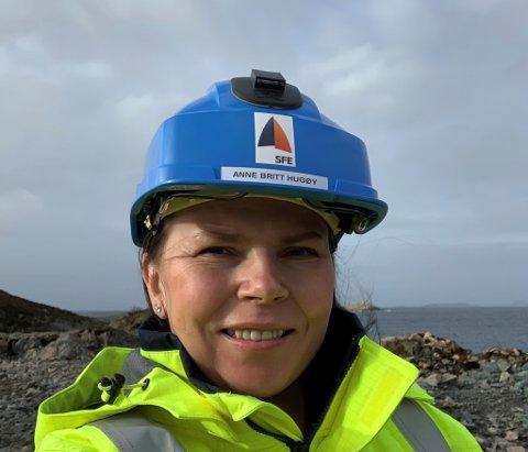 DELER UT: Anne Britt Hugøy i SFE fortel at det no skal bli delt ut sponsormidlar i Våge skulekrins.