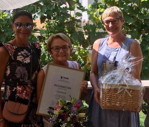 Lisa Skaret fikk både diplom og blomster som en takk for jobben hun har gjort for å fremme Vodice som turistmål. Her sammen medturistsjef Anita Franin Pecarica og ordfører Nelka Tomic.
