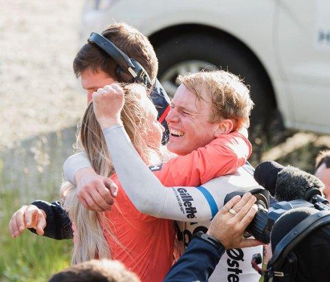 Her gratuleres August Jensen med etappeseier i Arctic Race of Norway i 2018. Han skryter av gründerne bak Zu4r, og han skryter av sykkelklærne.