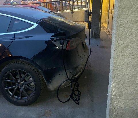 Denne Teslaen ladet via en skjøteledning ut fra vinduet i et borettslag i Lillehammer sentrum.