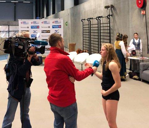 Henriette Jæger blir intervjuet av NRK etter 60-metersgullet.