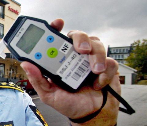 Med dette alkometeret sjekker politiet om sjåfører har promille. Foto: Rune Kr. Ellingsen