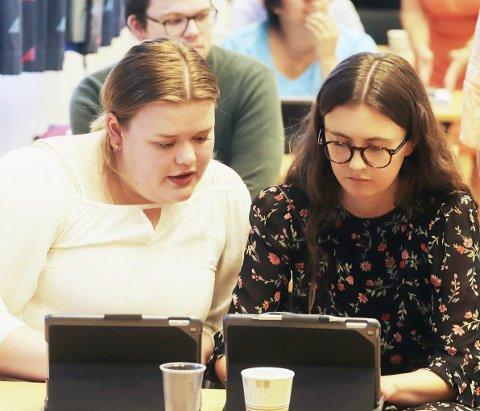 FORTSATT HÅP: Aps Camilla Brekke (t.v.) og Høyres Hedda Wike og resten av kommunestyret vil ha en bedre redegjørelse fra administrasjonen om ambulerende helsestasjon for ungdom. FOTO: PÅL NORDBY